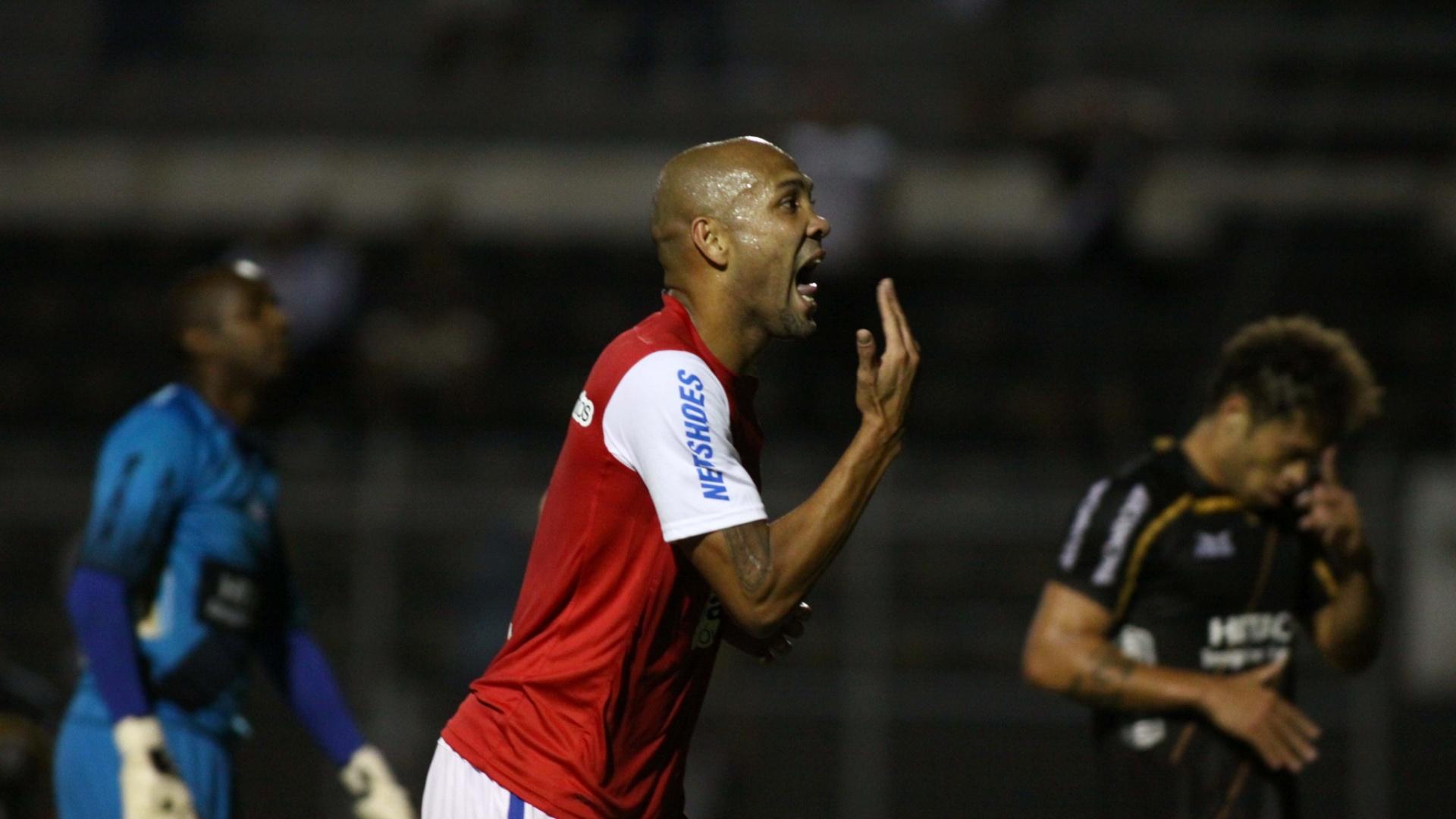 Souza comemora após marcar um dos gols do Bahia na vitória sobre a Ponte Preta (16/08/2012)