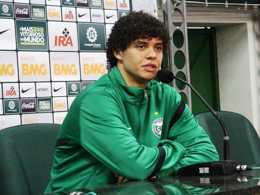 Victor Ferraz, lateral direito, é apresentado como novo reforço do Coritiba (16/08/2012)