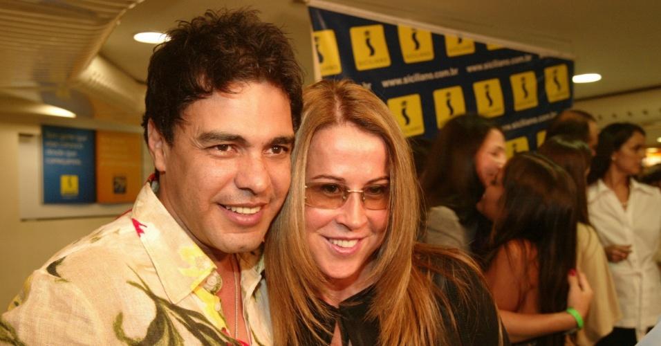 Zezé Di Camargo e a ex-mulher, Zilu, durante o lançamento de um livro em São Paulo (2007)