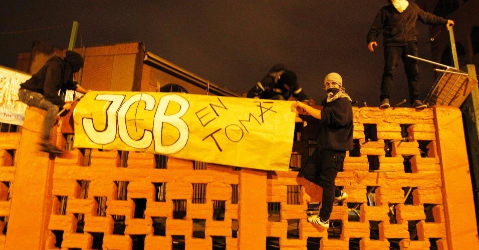 """16.ago.2012 - Estudantes chilenos colocam cartaz na parede de uma escola em Vina del Mar, no Chile, que diz: """"JCB (Escola José Cortes Brown) na ocupação"""". Os estudantes protestam contra o controle do governo sobre o ensino público do país. Há mais de um ano, alunos têm feito manifestações para pedir mudanças na política educacional do Chile"""