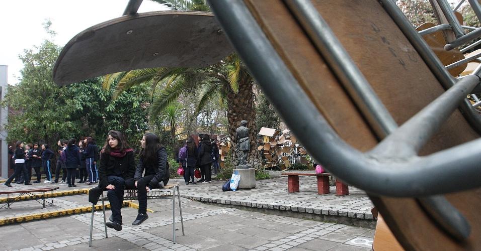 16.ago.2012 - Estudantes chilenos ocupam escola em Santiago. Eles protestam contra o controle do governo sobre o ensino público do país. Há mais de um ano, alunos têm feito manifestações para pedir mudanças na política educacional do Chile
