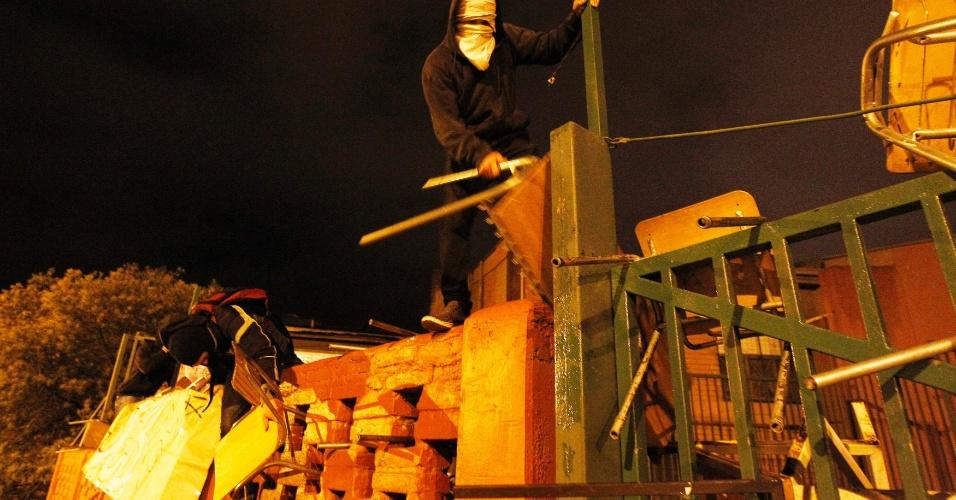 16.ago.2012 - Estudantes chilenos protestam contra o controle do governo sobre o ensino público do país, em Vina del Mar. Há mais de um ano, alunos têm feito manifestações para pedir mudanças na política educacional do Chile