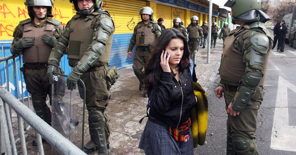 16.ago.2012 - Polícia cerca escola em que estudantes chilenos ocuparam para protestar contra o controle do governo sobre o ensino público do país. Há mais de um ano, alunos têm feito manifestações para pedir mudanças na política educacional do Chile