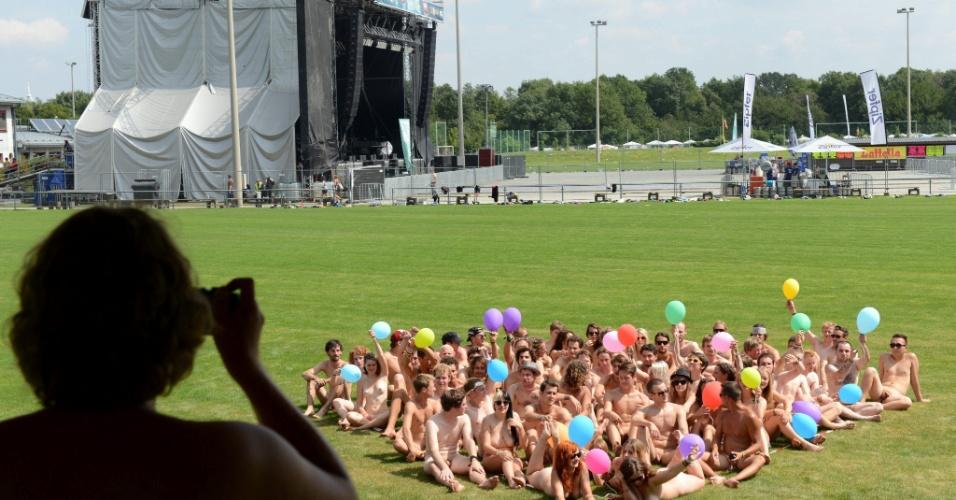 """17.ago.2012 - Fotógrafo Gerrit Starczewski reúne voluntários nus, na Aústria, para uma nova foto da sua série """"Coração Nu"""""""