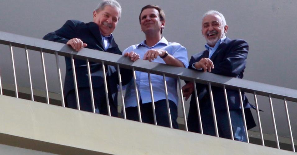 17.ago.2012 - O ex-presidente Luiz Inácio Lula da Silva, o prefeito do Rio, Eduardo Paes, e Adilson Pires, aparecem na sacada do hotel onde Lula gravou um depoimento para a campanha de reeleição de Paes