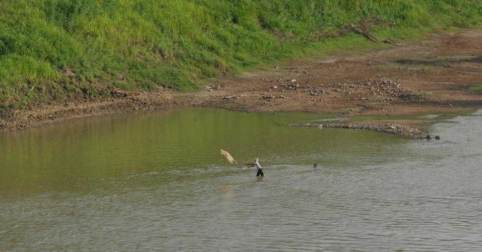 17.ago.2012 - O rio Acre atingiu níveis mínimos devido à seca que assola Rio Branco, a capital acreana. O nível da água está em 1,5 metro