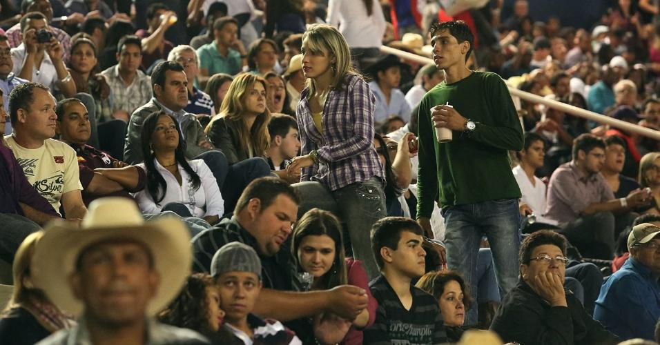 17.ago.2012 - Pessoas acompanham montarias na primeira noite da Festa do Peão de Barretos, nesta quinta-feira (16). Os shows do primeiro dia do rodeio foram de Thiaguinho e Seu Jorge