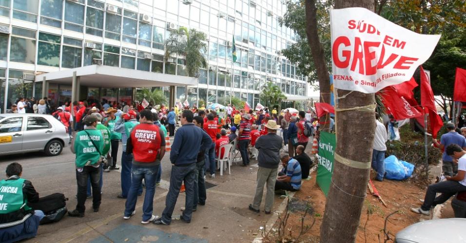 17.ago.2012 ? Servidores públicos em greve continuam concentrados em frente ao Ministério do Planejamento, enquanto ocorrem as negociações de seus representantes com o governo