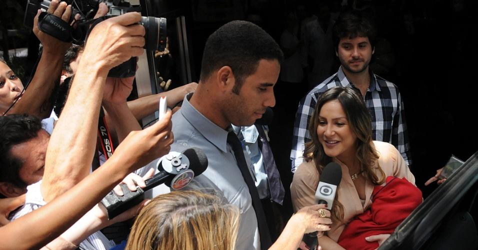 Claudia Leitte falou com a imprensa ao deixar a maternidade em Salvador com o filho Rafael (17/8/12)