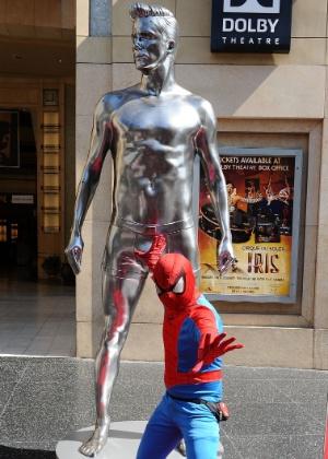 """""""Homem-Aranha"""" posa com estátua prateada gigante de David Beckham em Hollywood (16/8/12) - Getty Images"""