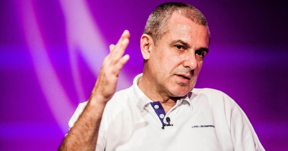 José Roberto Guimarães, campeão dos Jogos de Londres com a seleção feminina, gesticula durante entrevista no UOL Esporte
