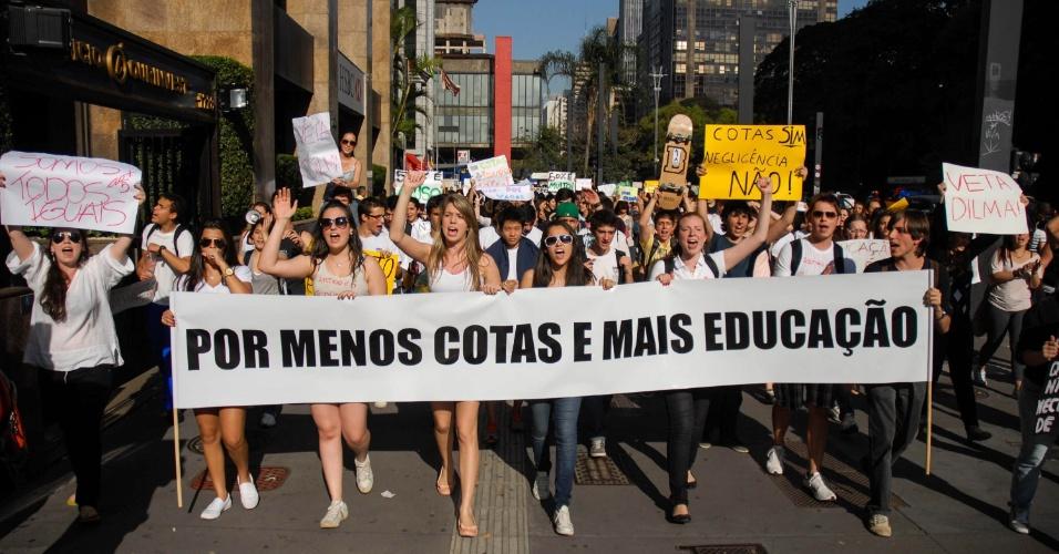 17.ago.2012 - Manifestantes protestam na avenida Paulista, em São Paulo, contra a aprovação da lei de cotas, que institui 50% das vagas por curso e turno das universidades federais para quem tenha feito integralmente o ensino médio em escolas públicas