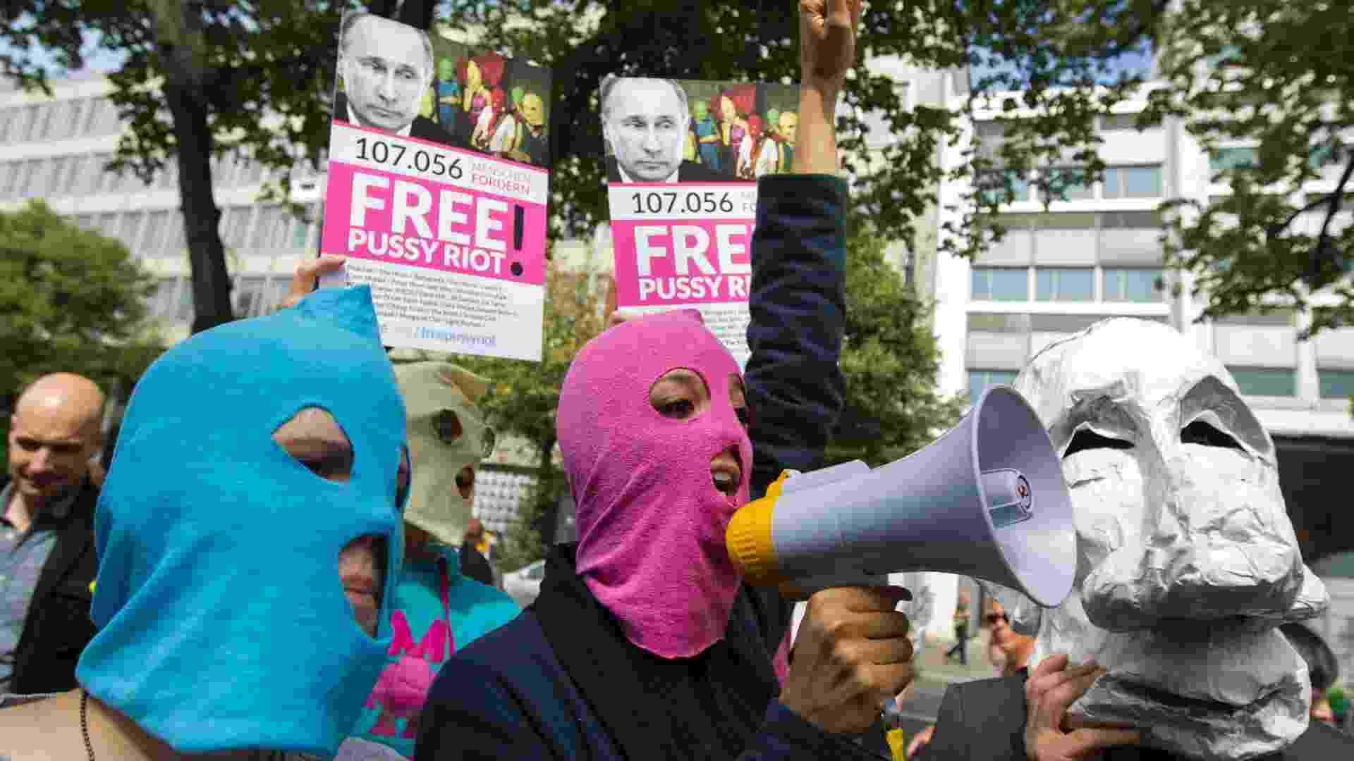 Pessoas usam máscaras em frente à embaixada russa em Berlim (17/8/12) - Thomas Peter/Reuters