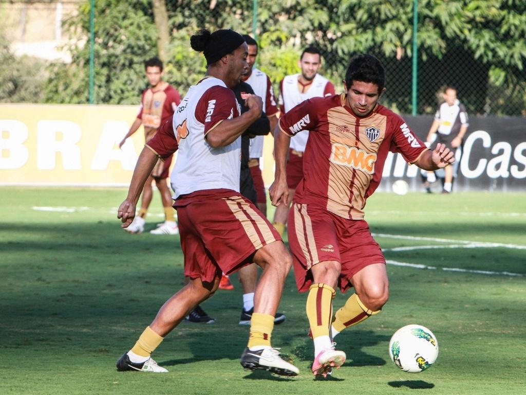 Ronaldinho Gaúcho disputa bola com Guilherme em treino do Atlético-MG, na Cidade do Galo (17/8/2012)