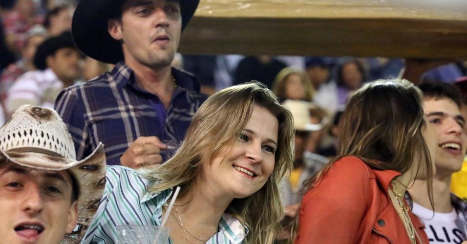 17.ago.2012 - Expectadores acompanham provas de montaria do segundo dia da Festa do Peão de Barretos, no interior de São Paulo, que teve início na noite de quinta-feira (16)