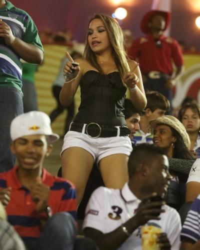 17.ago.2012 - Mulher acompanha a apresentação as provas do segundo dia da Festa do Peão de Barretos, no interior de São Paulo, que teve início na noite de quinta-feira (16)