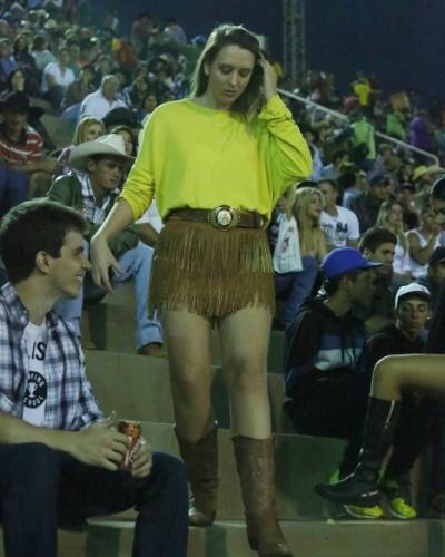 17.ago.2012 - Mulher acompanha provas de montaria do segundo dia da Festa do Peão de Barretos, no interior de São Paulo, que teve início na noite de quinta-feira (16)