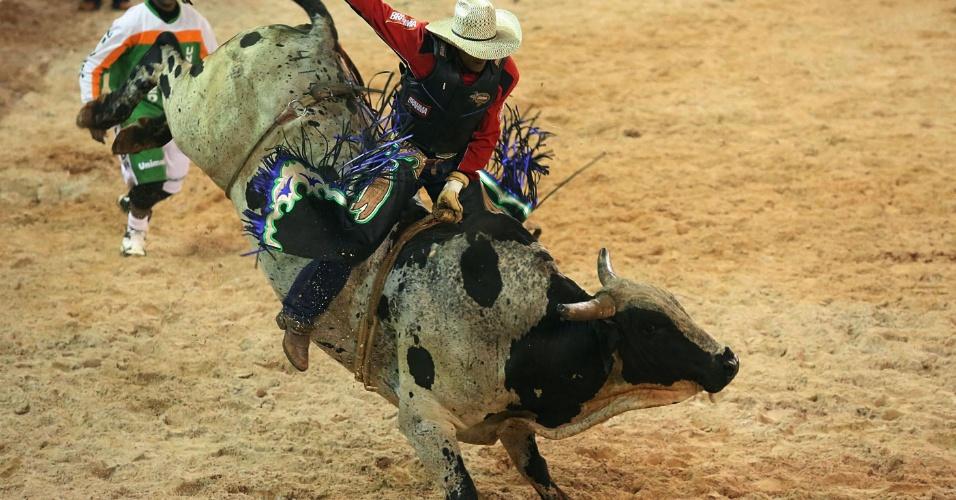 17.ago.2012 - Peão participa de prova de montaria no segundo dia da Festa do Peão de Barretos, no interior de São Paulo, que teve início na noite de quinta-feira (16)