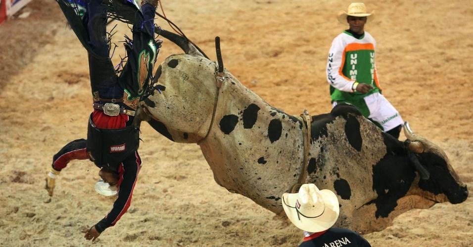 17.ago.2012 - Peão termina prova de montaria no chão no segundo dia da Festa do Peão de Barretos, no interior de São Paulo, que teve início na noite de quinta-feira (16)