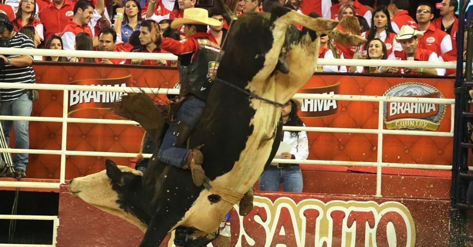 18.ago.2012 - 18.ago.2012 - Peão tenta se equilibrar em touro nesta sexta-feira (18) durante rodeio na Festa do Peão de Barretos (SP), que teve início na noite de quinta-feira (16)