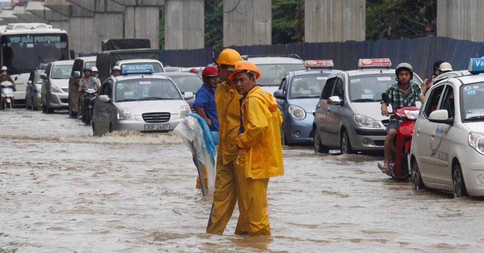 """18.ago.2012 - Inundação provaca trânsito em Hanói, no Vietnã. Pelo menos quatro pessoas morreram após a passagem da tempestade tropical """"Kai-Tac"""", que levou cheias e fortes ventos ao norte do país"""