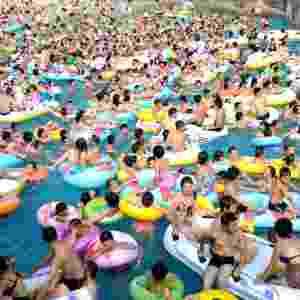 18.ago.2012 - Pessoas lotam parque aquático em Chongqing, no sudoeste da China. A temperatura no país chegou a 40°C - Li Jian/Xinhua/AE
