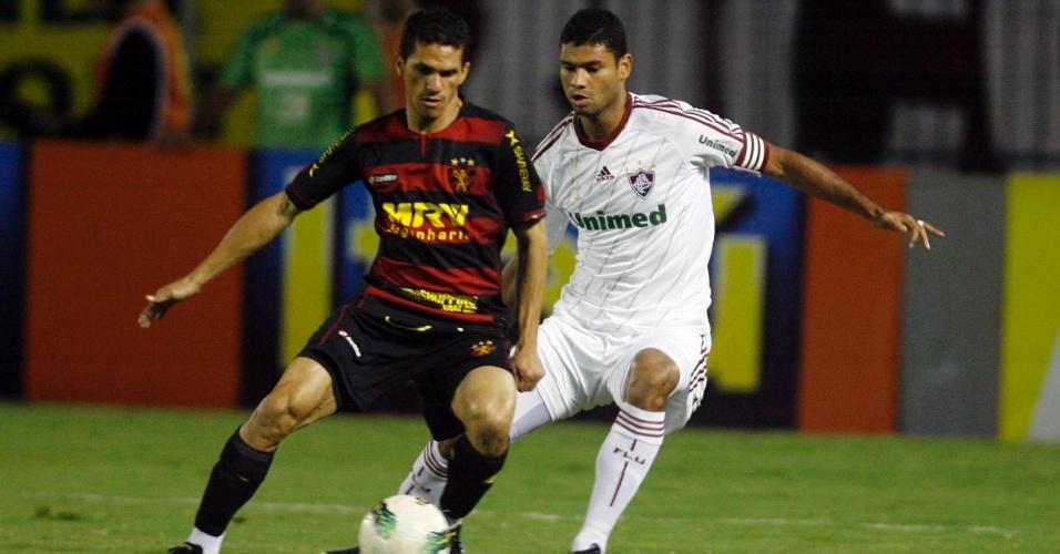 Gum, zagueiro do Fluminense, cerca jogador do Sport durante partida em Volta Redonda