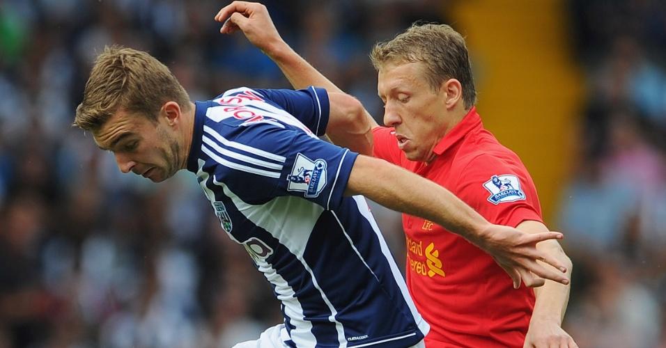 Lucas (de vermelho) disputa a bola com James Morrison na derrota do Liverpool para o West Bromwich Albion