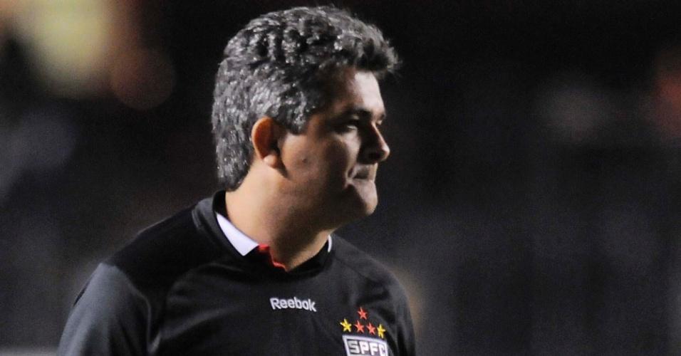 Ney Franco, técnico do São Paulo, observa a partida de sua equipe contra a Ponte Preta