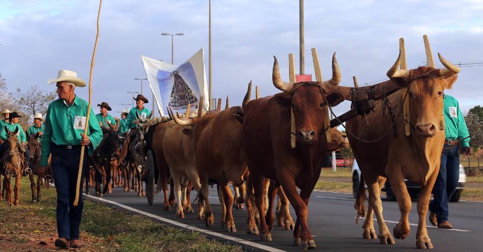 18.ago.2012 - Com imagem de santa, peões participam de passeata durante o terceiro dia da Festa do Peão de Barretos, no interior de São Paulo