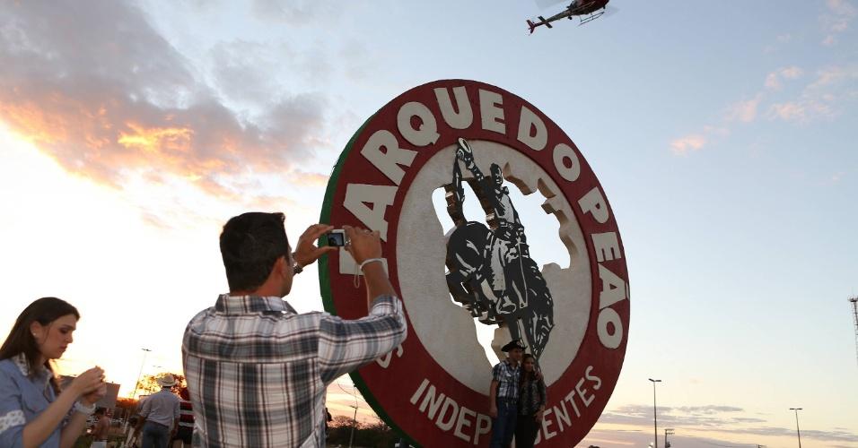 18.ago.2012 - Homem tira foto da entrada do Parque do Peão no terceiro dia da Festa do Peão de Barretos, no interior de São Paulo