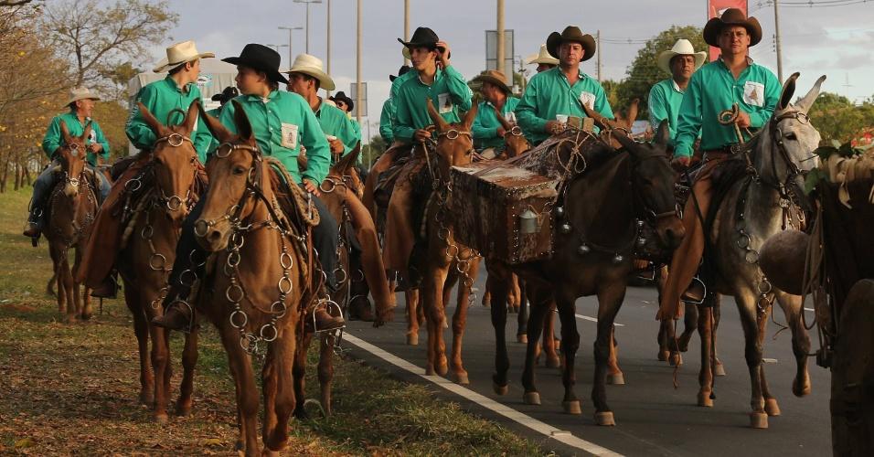 18.ago.2012 - Montados em cavalos, peões participam de passeata durante o terceiro dia da Festa do Peão de Barretos, no interior de São Paulo