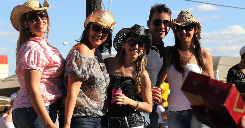19.ago.2012 - A Festa do Peão de Barretos, no interior de São Paulo, que teve início na noite de quinta-feira (16), atrai jovens de várias cidades da região, que aproveitam a festa para ''azarar'' que está solteiro
