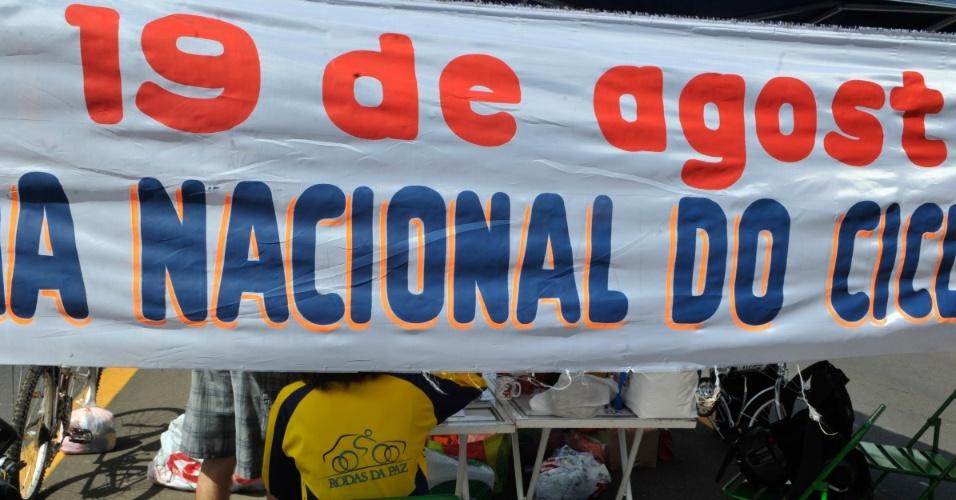 19.ago.2012 - A ONG Rodas da Paz comemora o Dia Nacional do Ciclista com atividades voltadas para o incentivo do uso da bicicleta, em Brasília (DF), neste domingo (19)