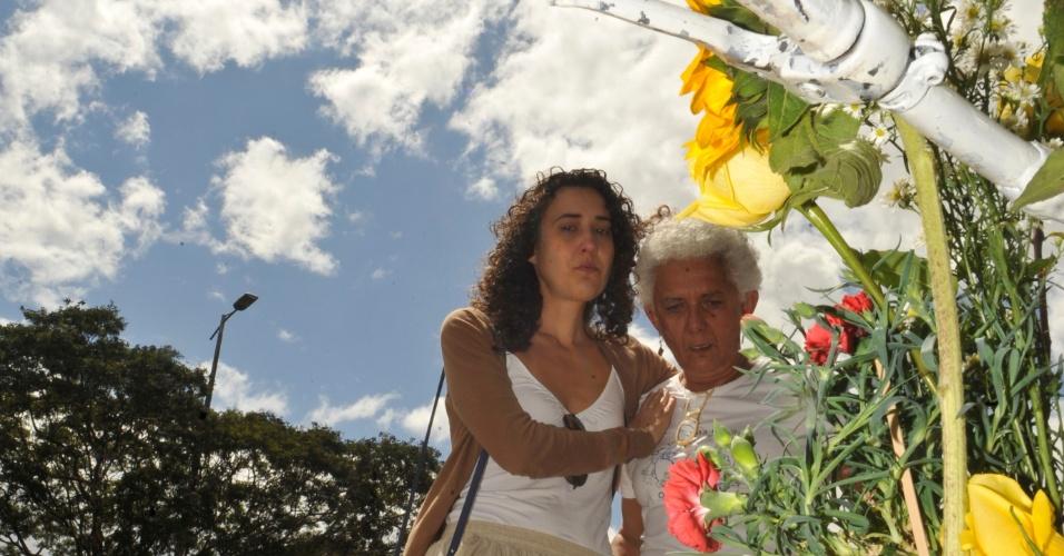 19.ago.2012 - Beth Davison, mãe de Pedro Davison, morto atropelado por um motorista embriagado quando pedalava em rua de Brasília (DF) presta homenagem ao filho no dia do ciclista, neste domingo (19)