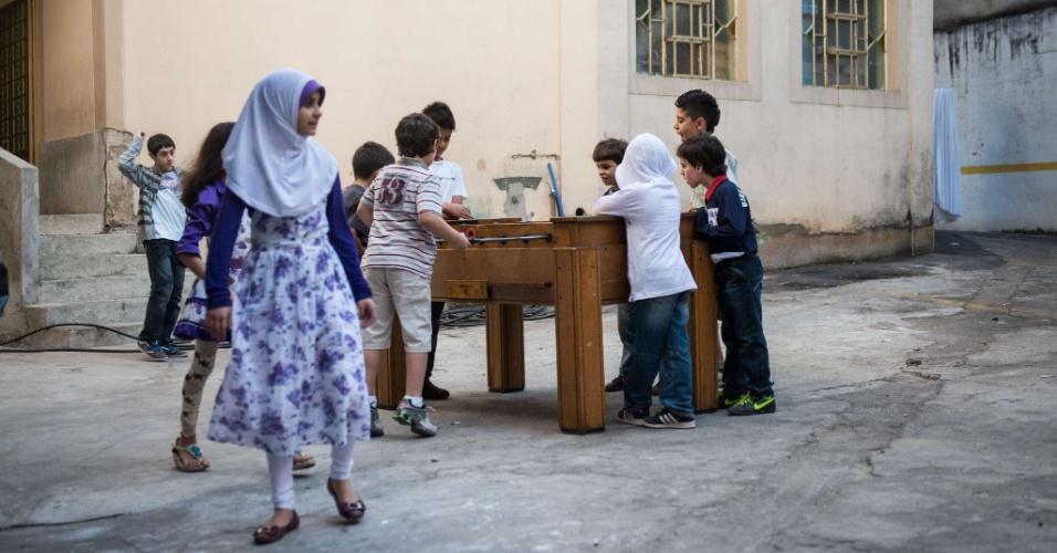 19.ago.2012 - Crianças jogam pebolim em pátio de mesquita em São Paulo (SP), neste domingo (19). Os muçulmanos celebram hoje o Eid al-Fitr, cerimônia que marca o fim do mês sagrado do Ramadã