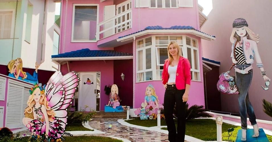 """19.ago.2012 - Cristiane Pichetti é dona de uma casa que virou """"ponto turístico"""" em Mogi das Cruzes (SP) por ser decorada com várias Barbies"""