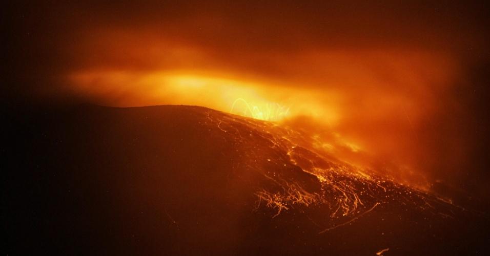 19.ago.2012 - Erupções no vlcão Tungurahua, localização na porção equatoriana da Cordilheira dos Andes, fizeram com que as autoridades decretassem ''alerta laranja''