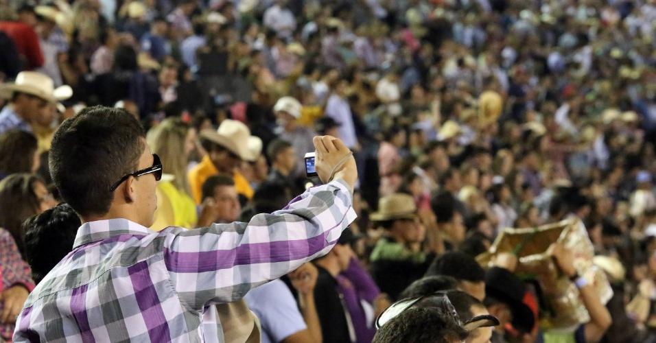19.ago.2012 - Espectadores acompanham as provas de montaria do terceiro dia da Festa do Peão de Barretos, no interior de São Paulo, que teve início na noite de quinta-feira (16)