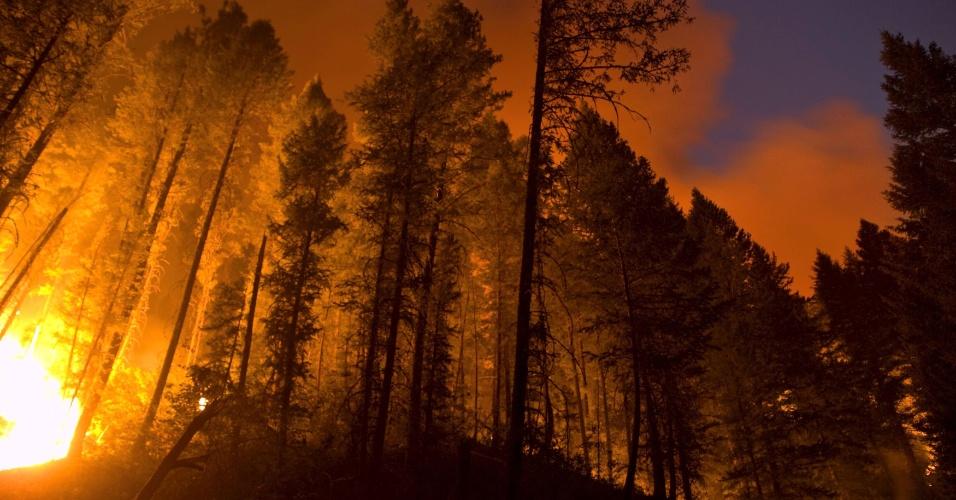 19.ago.2012 - Imagem divulgada neste domingo (19) traz cena de incêndio que atinge floresta próxima à vila do estado de Idaho, nos EUA. Autoridades norte-americanas ordenaram a evacuação de um resort localizado em uma montanha na região. Bombeiros dizem que o incêndio que já destruiu 34 mil hectares de floresta pode chegar à área urbana da pequena cidade de Fetherville