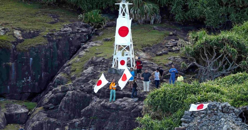 19.ago.2012 - Imagem do Asahi Shumbun mostra nacionalistas japonses com bandeiras do país na ilha de Senkaku -- conhecida como Diaoyu, para a China