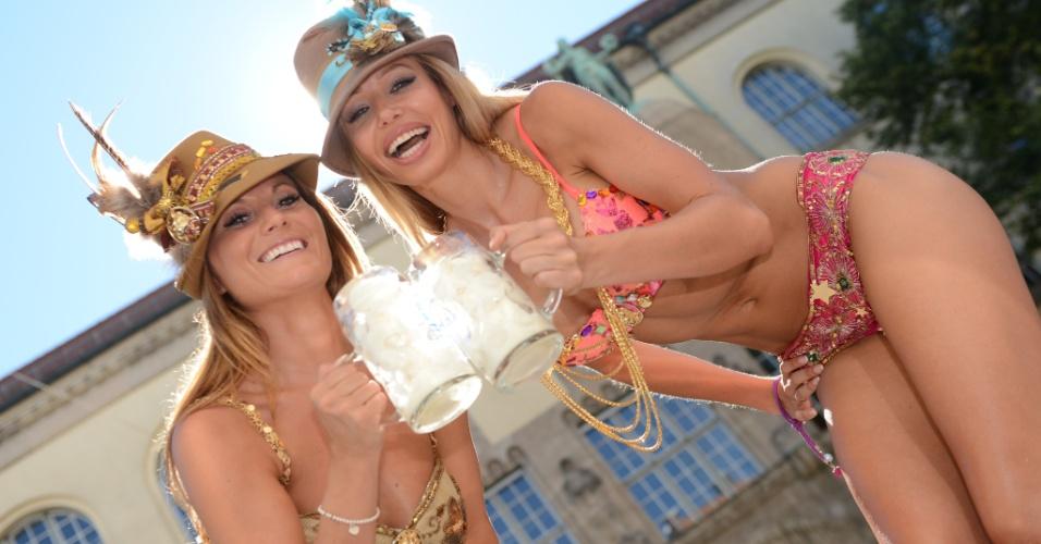 19.ago.2012 - Modelos alemãs posam com canecas cheias de sorvete em Munique, no sul da Alemanha. As temperaturas no país bateram recordes de máxima na última semana