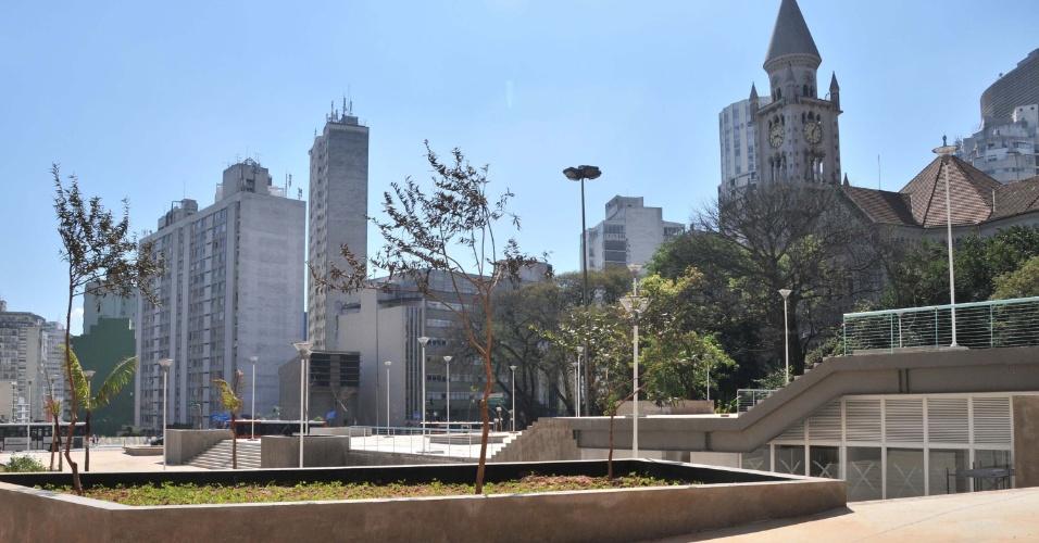 19.ago.2012 - Mudas de árvores e postes de luz são vistos na praça Roosevelt, junto à paróquia da Consolação, na região central de em São Paulo (SP). As obras no local, que passa por revitalização, devem terminar no fim de setembro