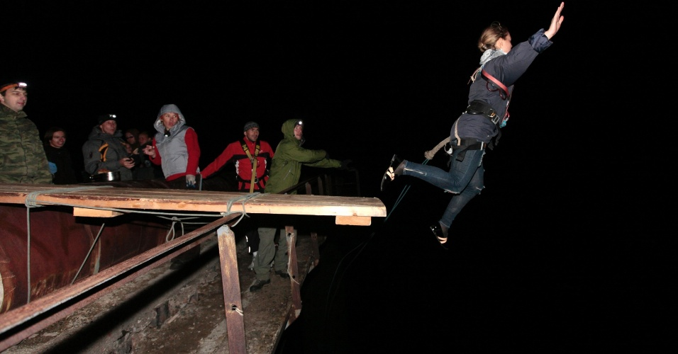 19.ago.2012 - Mulher salta de bungee jump neste domingo (19), de ponte de 44 metros de altura em Siberian Taiga, Krasnoyarsk, na Rússia