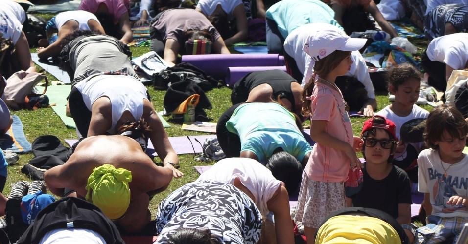 19.ago.2012 - Frequentadores praticam yoga no evento Yoga pela Paz, realizado no Parque do Ibirapuera, em São Paulo (SP)