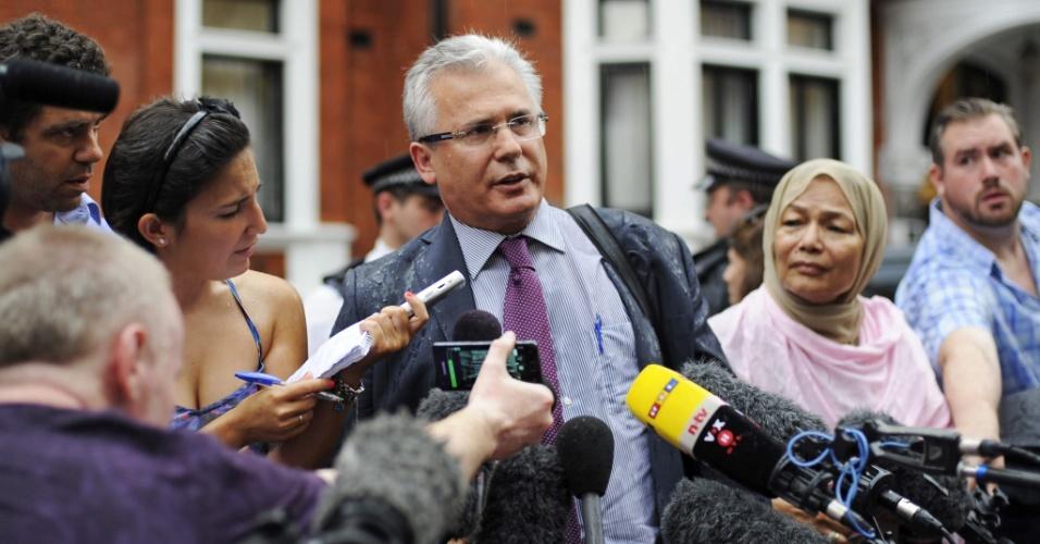 19.ago.2012 - O ex-juiz espanhol Baltasar Garzón, advogado de fundador do WikiLeaks, Julian Assange, é abordado por jornalistas em frente à Embaixada do Equador, em Londres