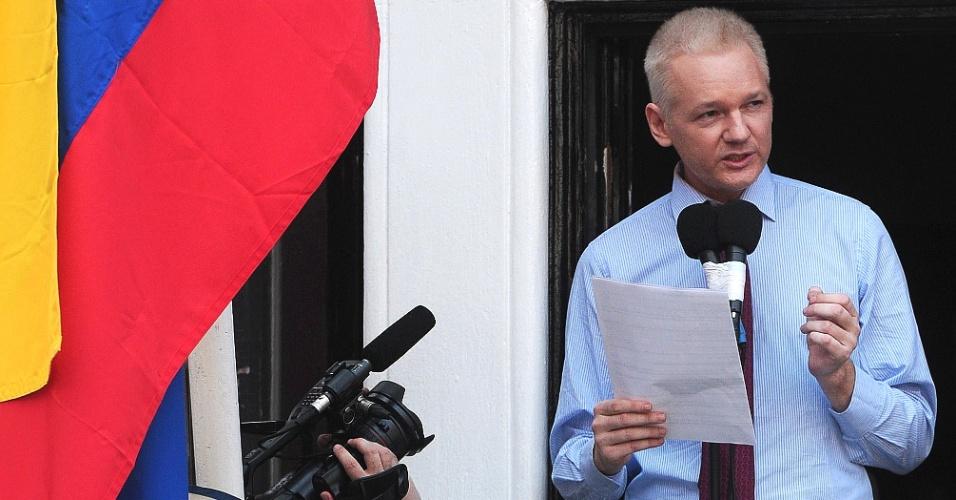 """19.ago.2012 - O fundador do WikiLeaks, Julian Assange, faz discurso na varanda da Embaixada do Equador em Londres. Em sua primeira aparição desde o refúgio, Assange elogiou a """"coragem"""" mostrada pelo presidente equatoriano de lhe conceder asilo"""