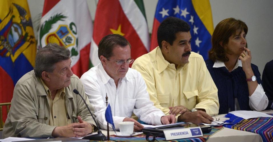 19.ago.2012 - Os ministros de Relações Exteriores (esq. para dir.) do Peru, Rafael Roncagliolo; Equador, Ricardo Patino; Venezuela, Nicolas Maduro; e da Colômbia, Maria Angela Holguin, falam à imprensa após reunião do conselho da Unasul