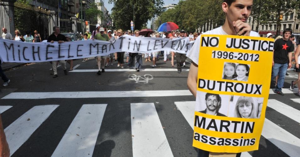 19.ago.2012 - Pessoas protestam em BRuxelas contra a decisão da Justiça do país em garantir liberdade condicional à ex-mulher e cúmplice de Marc Dutroux, condenado por pedofilia e assassinatos em série