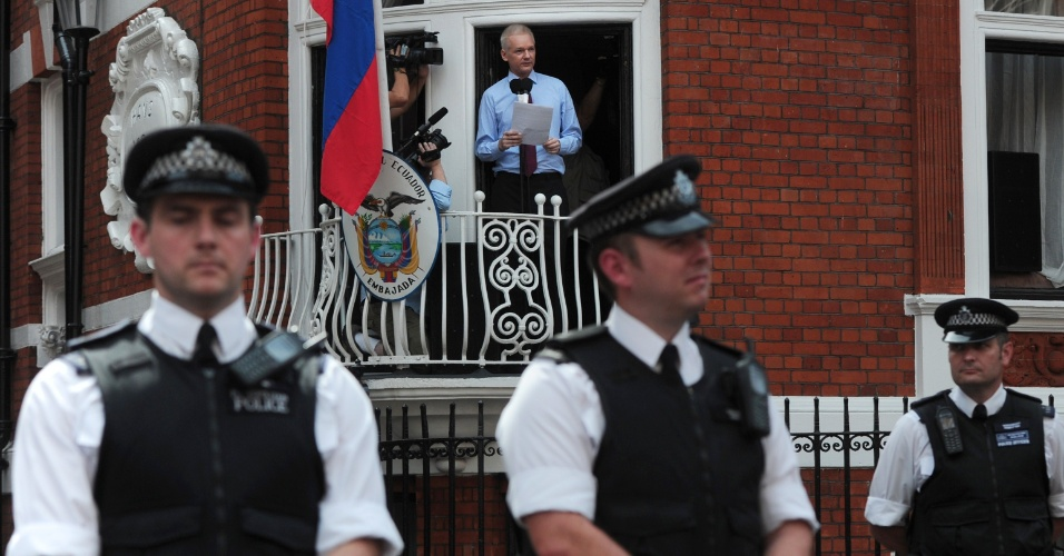 19.ago.2012 - Policiais britânicos patrulham a frente da Embaixada do Equador, em Londres, enquanto o fundador do WikiLeaks, Julian Assange, fala com a imprensa pela primeira vez desde que está refugiado
